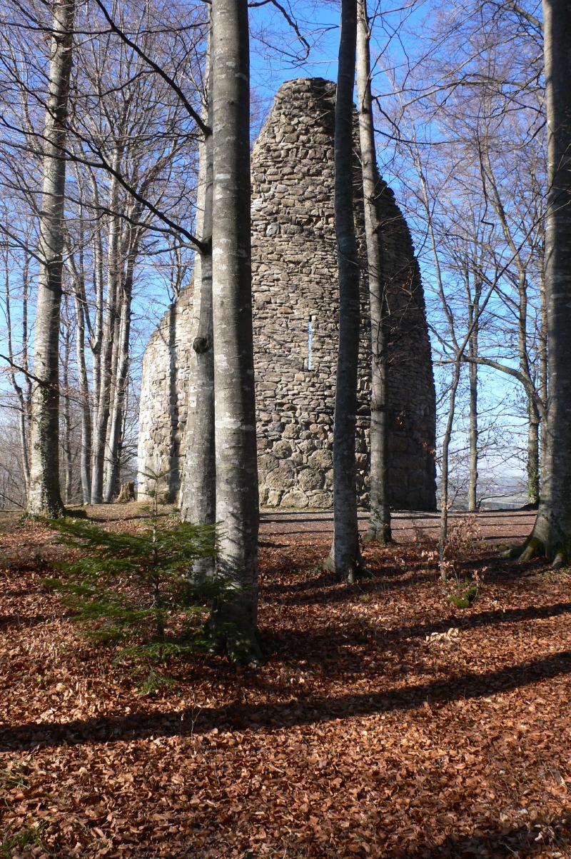 La tour ronde au sud du bourg.
